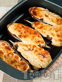 Пълнени патладжани с кайма, домати, лук и сос бешамел - снимка на рецептата